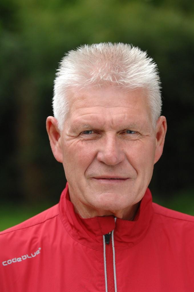 Trainer Ed Zijl en doet de verkoop van de club kleding